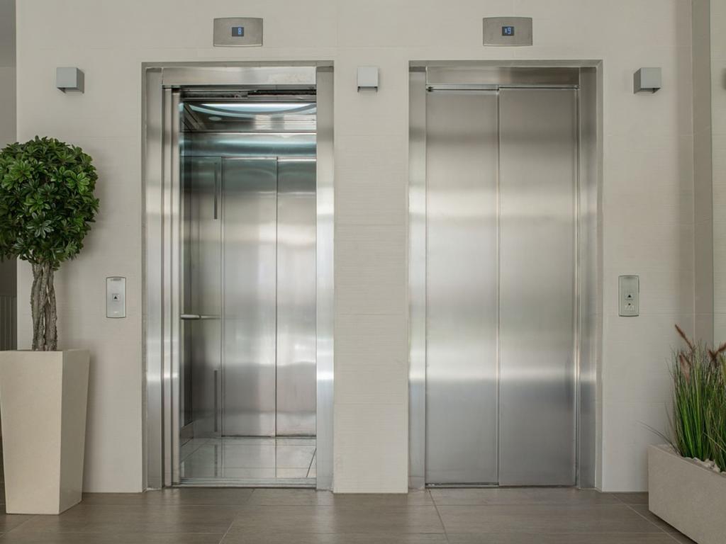 Pago de las obras de bajar el ascensor «a cota 0» para eliminación de barreras arquitectónicas