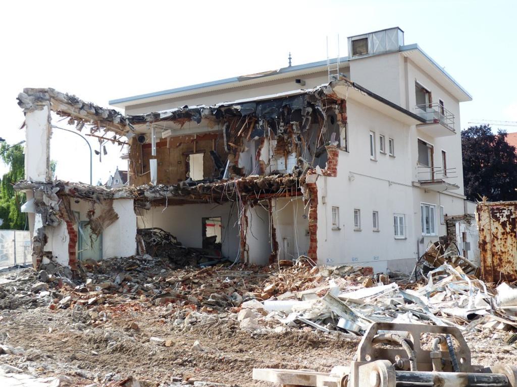 ¿Responde el particular autopromotor de una casa entre medianeras del derrumbe de una de las viviendas colindantes?