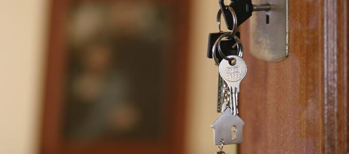 ¿Tengo que avisar al casero de que mi pareja vive conmigo? ¿Puedo usar la fianza como pago del último mes? 5 preguntas con respuesta para inquilinos
