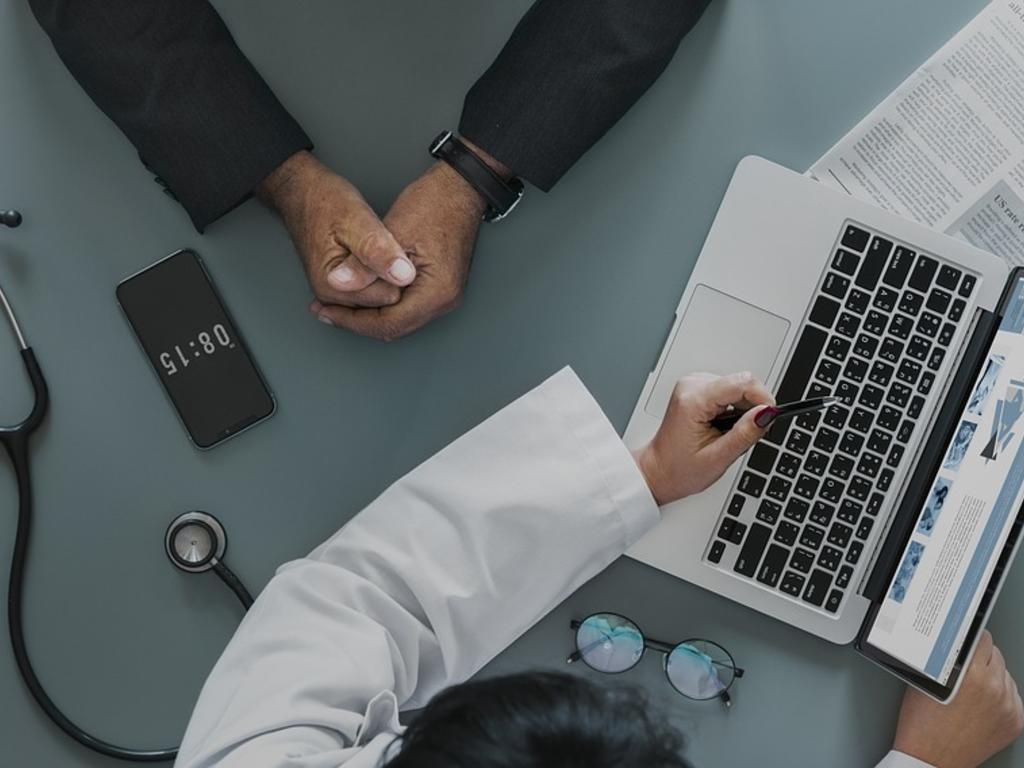 ¿Se puede estar de baja médica en una empresa y seguir trabajando para otra?