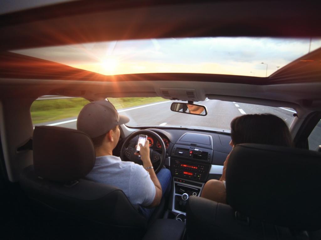 El uso del móvil, la distracción más frecuente al volante