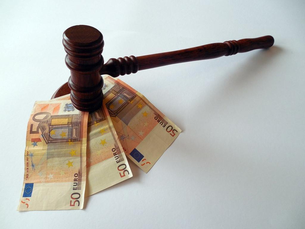 ¿En qué supuestos se exige al empresario el pago de los salarios de tramitación y cuál es su importe?