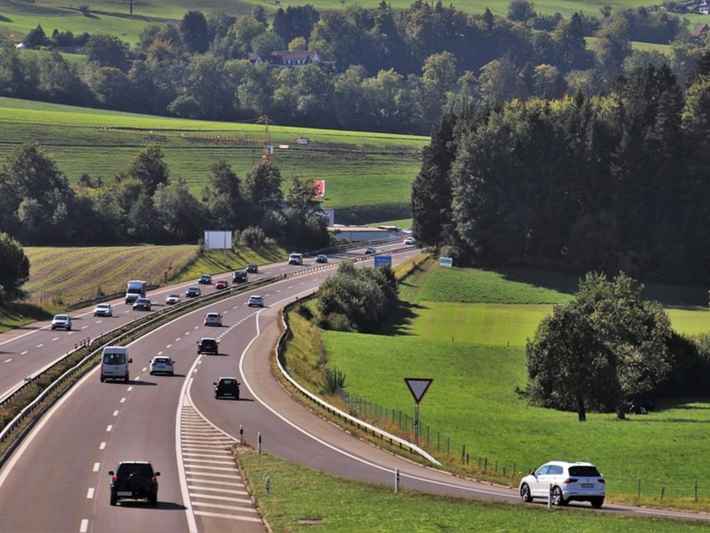 ¿Quién paga el peaje de las autopistas sin peaje?