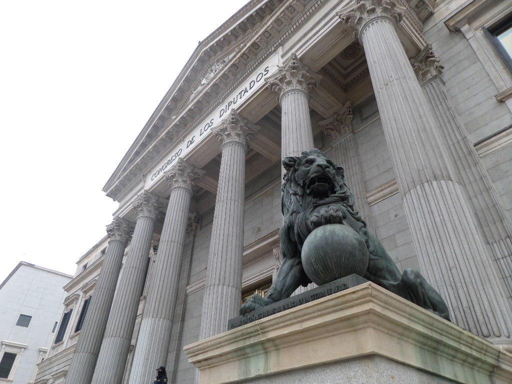 El derecho a la libertad de información y sus límites judiciales a debate también en el Parlamento