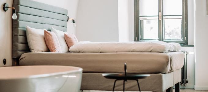 Entrada y registro en habitación de hotel, hostal o pensión y en habitación alquilada de piso compartido