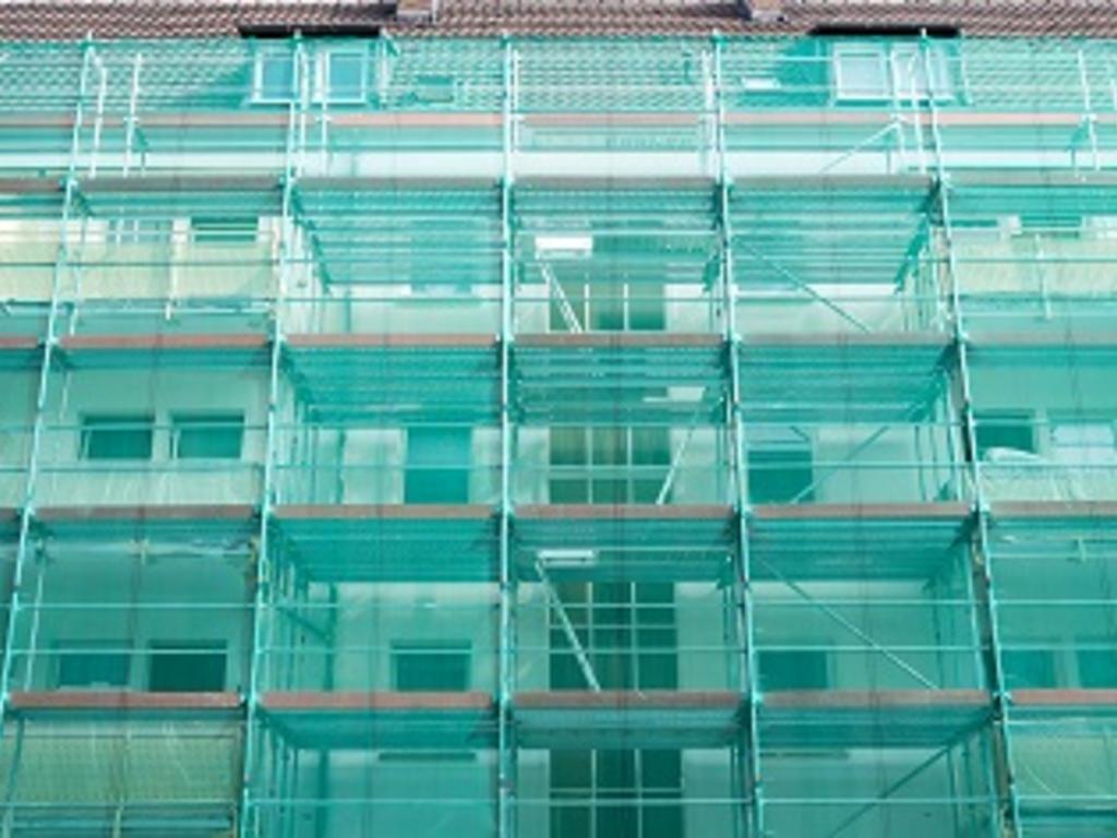 Rehabilitación del edificio ¿se pueden poner andamios en suelo de la comunidad colindante?