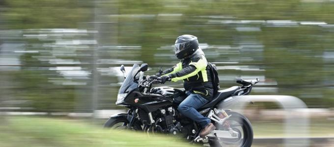 Pueden las motos circular por el arcén durante un atasco?