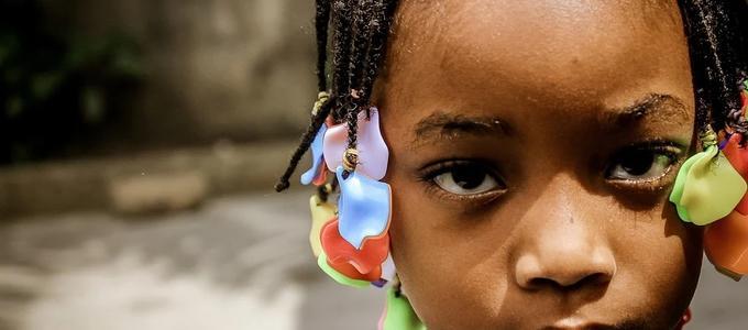 Juez ordena inscribir en Registro Civil a una niña migrante que no había sido registrada antes en ningún país
