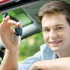 Legálitas y AEOL entregan becas semanales de 250 euros a los futuros conductores
