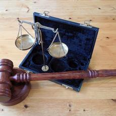 La incapacitación de una persona sólo puede obtenerse mediante sentencia judicial